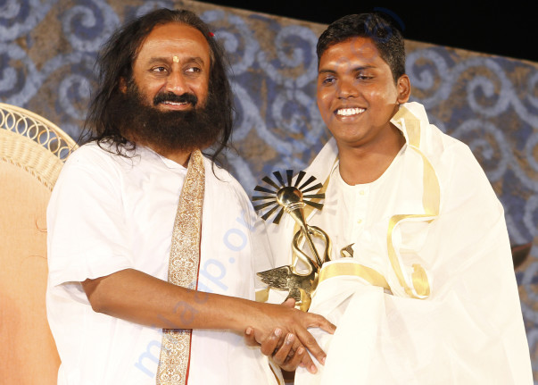 Murugan Receiving Award from Sri Sri Ravisangar