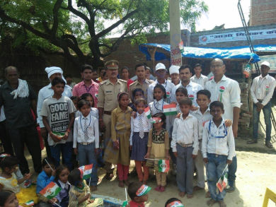 Superintendent of Police encouraging children on Independence Day