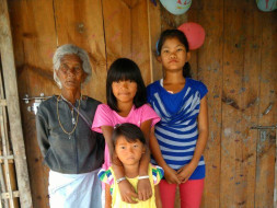 Help grandma Ibempishak who feeds 3 granddaughters by picking rags.
