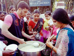 Daily Free Food Outside Govt Hospitals For 1000 People in Hyderabad
