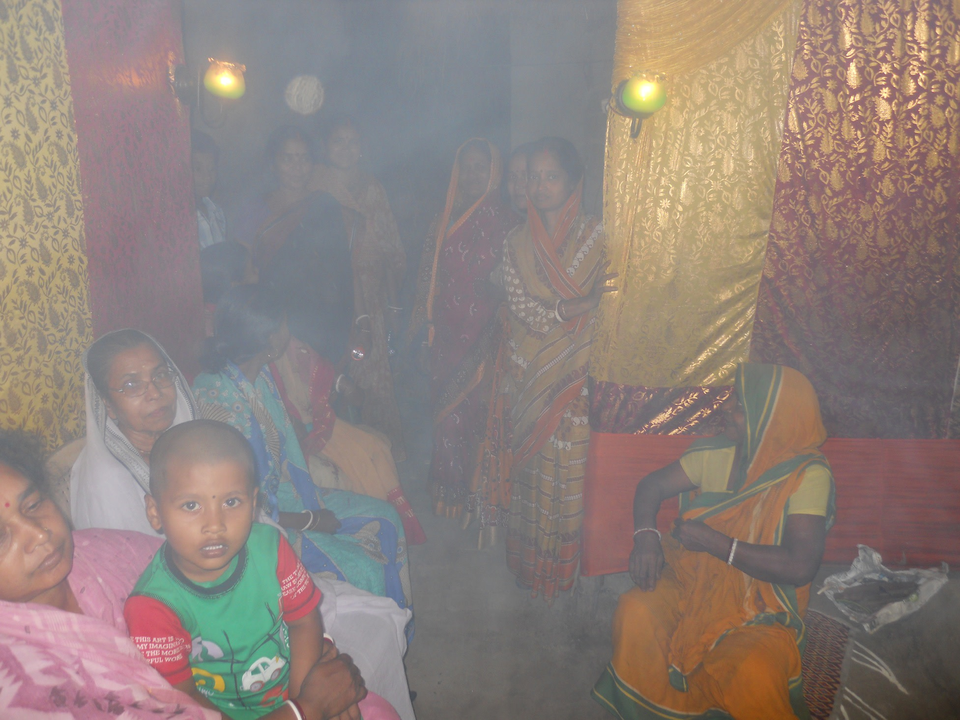 Local spectators consisted of Ullon's residents who seems in awe of the whole ceremony. Even so, some of them told me that they sometimes found it difficult to watch as the incensed stick-fuelled fragrant smoke would occasionally partially impair their view. The fragrant smoke had made the atmosphere of the mandir quite hazy by then.