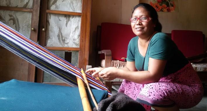 Lalthlangi, weaving bags.