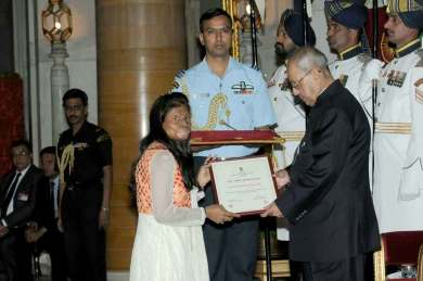 Acid attack Fighter Rupa Saa from Chhanv Foundation received award fro