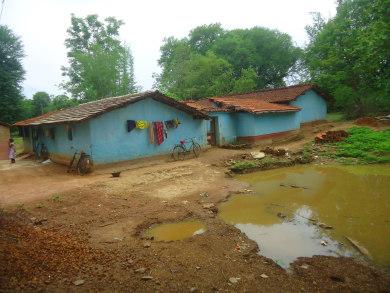 गंदे पानी का इस्तेमाल बर्तन धोने  के लिए करते हैं ग्रामीण