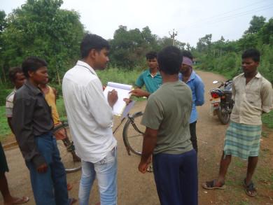 गांव वालों की समस्याओं को नोट करते टीम के सदस्य