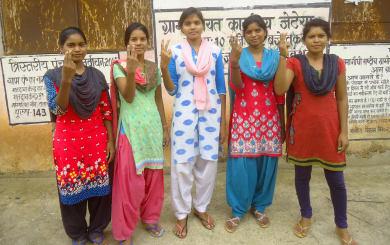 अभियान में साथ निभाकर प्रसन्नता जाहिर करती गांव की लड़कियां