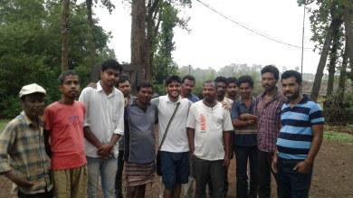 सारंडा क्षेत्र के आदिवासियों के साथ टीम के सदस्य