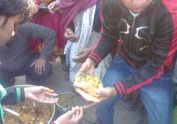 Serving food to pilgrims on road by Sankalp member