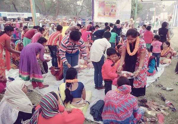 Food distribute to Pligrims
