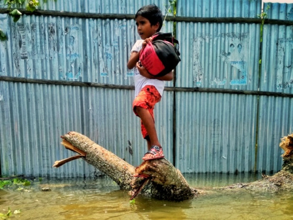 Help the flood victims to provide drinking water, food and medicine