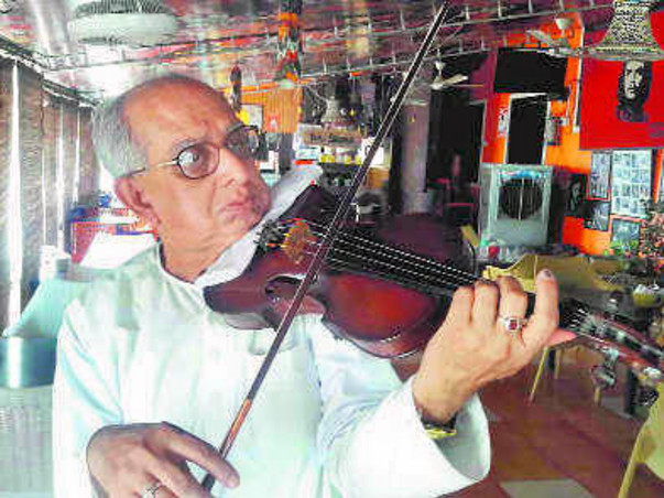 Swapan Sett:Kolkata violinist performs to raise money for ailing wife