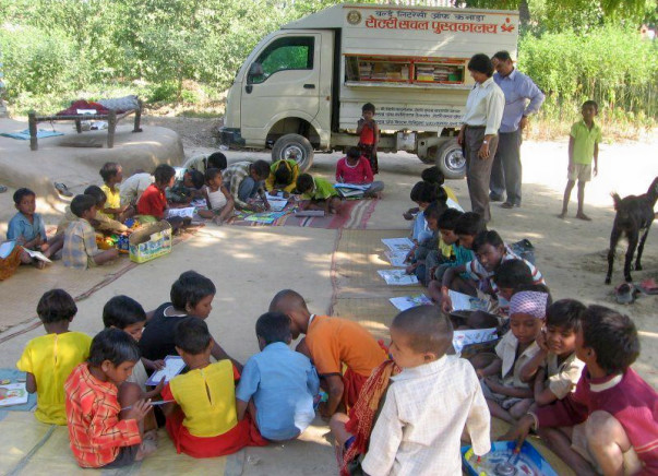A mobile library for village children in Churu, Rajasthan